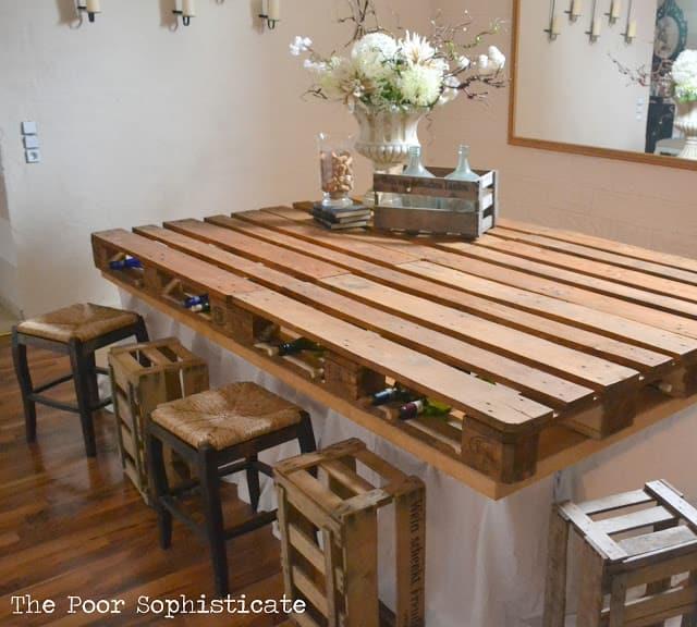Un bar fabriqué avec une palette en bois
