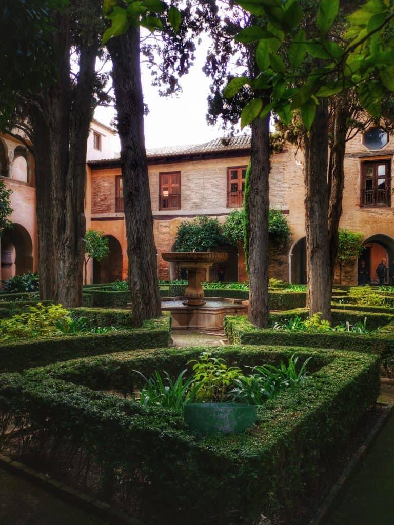 Un patio du jardin de l'Alhambra à Grenade en Espagne