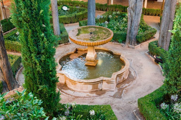 Fontaine d'eau dans un jardin arabe