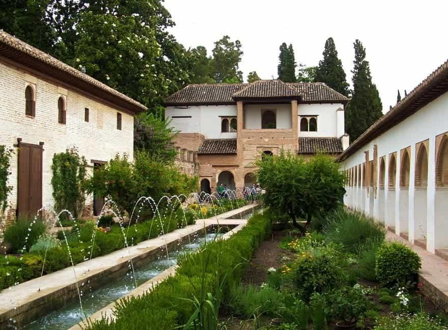 jardin arabe entouré de murs