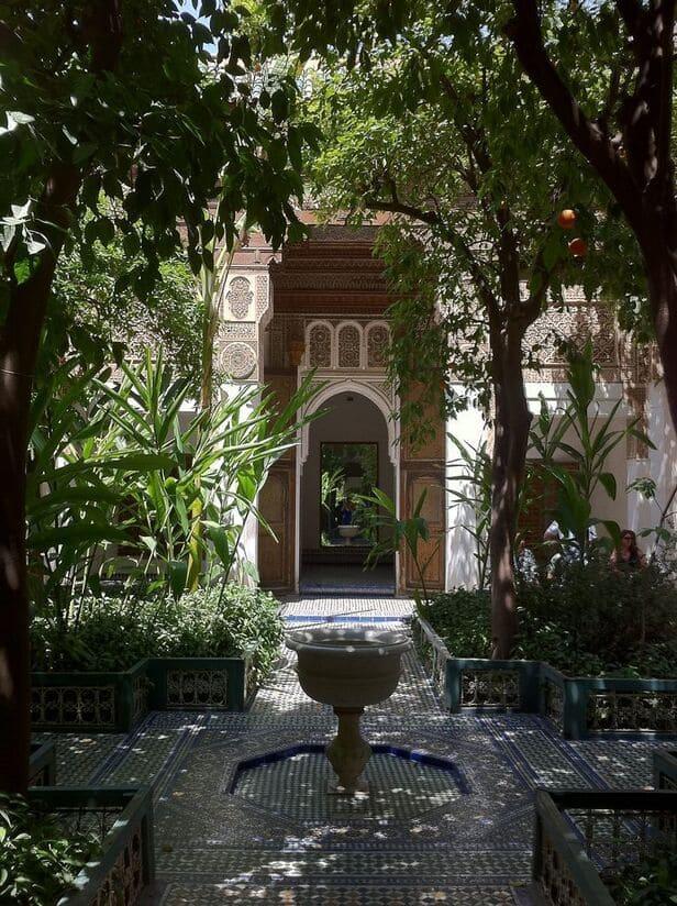 un jardin arabe avec de l'ombre