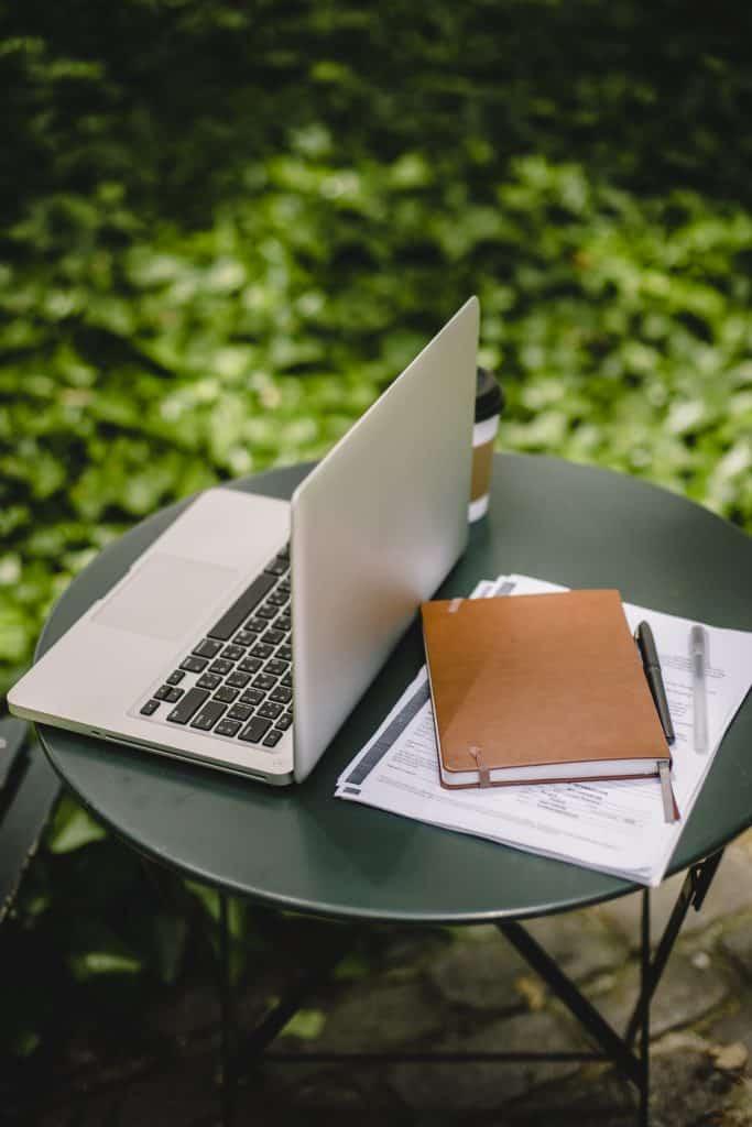 ordinateur et carnet pour préparer plan de jardin