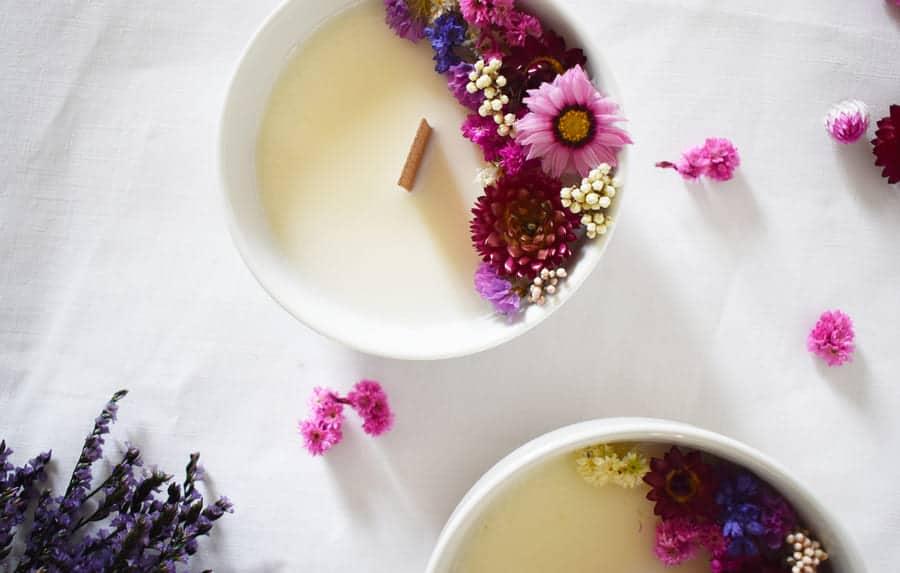 ornement bougie avec pétales de fleurs